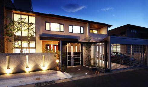 建物と調和のとれた豪華なクローズエクステリアデザイン