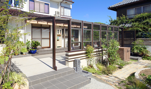 家族が集うガーデンルームと家庭菜園のある大きなお庭