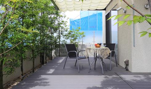 大型テラスと植栽の緑のカーテンの憩いの空間